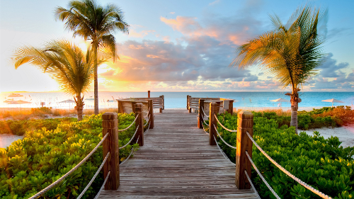 カリブ海のビーチタークス·カイコス諸島の日没